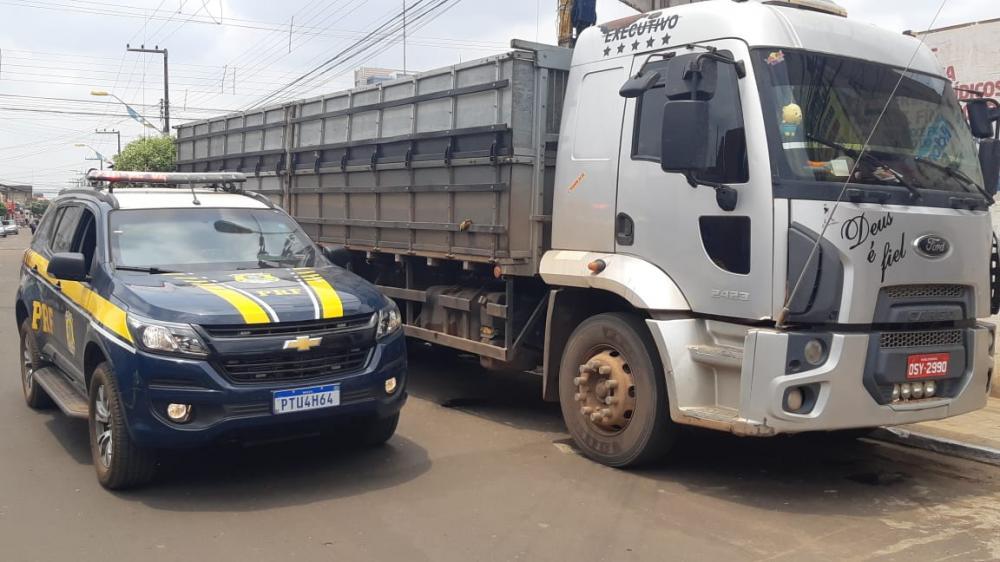Caminhão recuperado pela PRF (Foto: Divulgação/PRF)