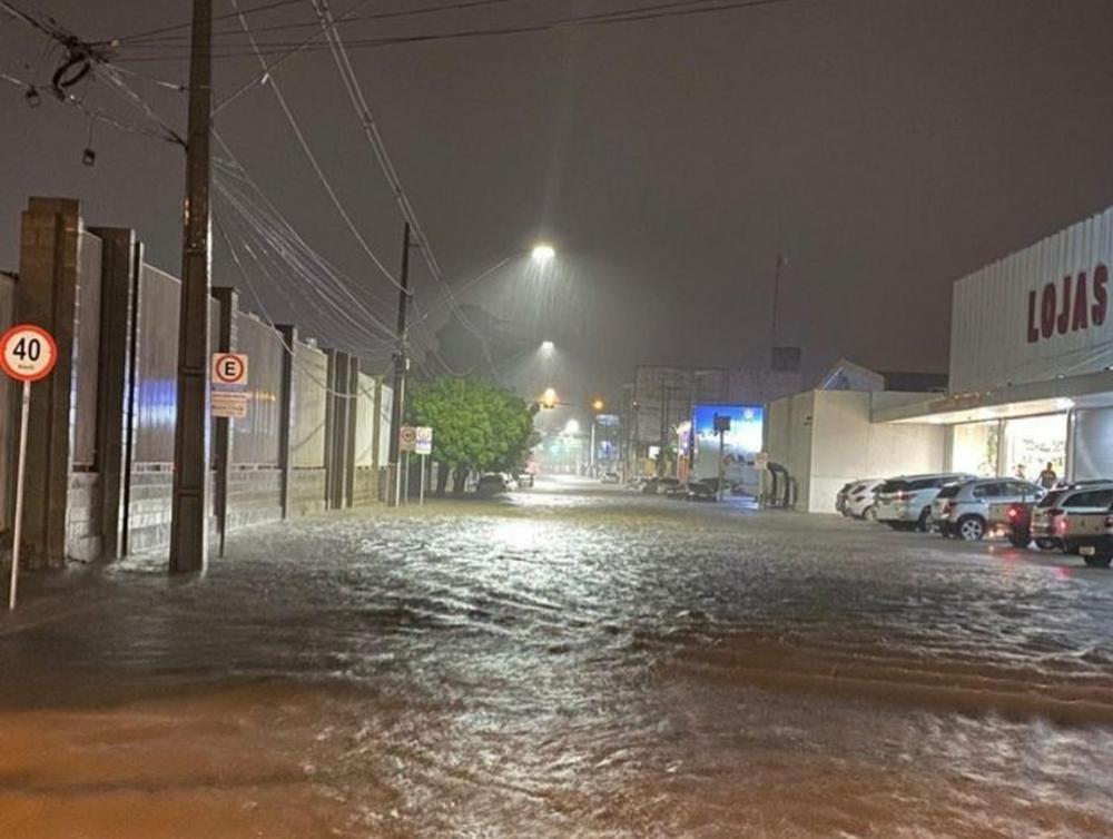 Avenida Dorgival Pinheiro de Souza no Centro na noite desta sexta-feira 19 (Foto: Divulgação/Instagram)