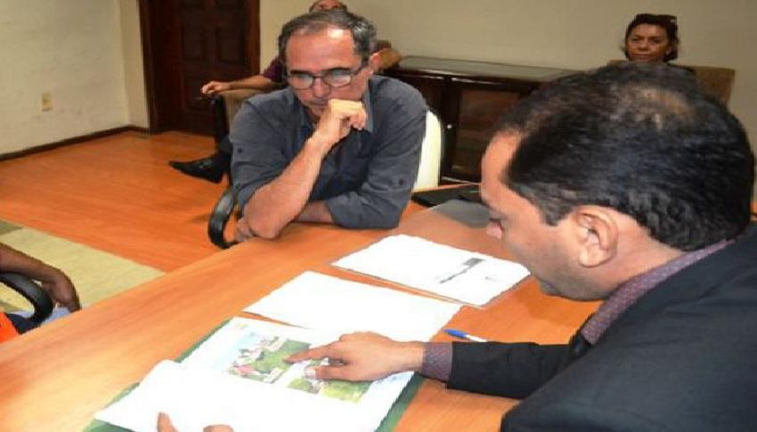 Secretário adjunto Francisco de Assis com o prefeito Assis Ramos (Foto: Divulgação/Arquivo)