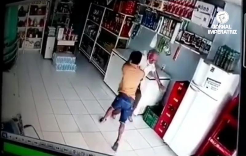 Idoso trava luta corporal com assaltante em uma tentativa de assalto à um comércio na Avenida Bernado Sayão