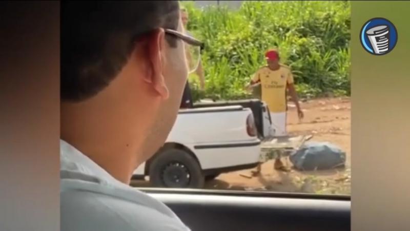 Prefeito de Imperatriz, Assis Ramos (DEM), flagra homens jogando lixo em terreno próximo a um riacho.